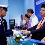 Wisudawan terima tanda kelulusan (Foto:maritim/dok)