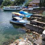 Apungan beragam sampah yang dibuang berbagai kalangan berkontribusi besar menjadikan perairan Danau Toba jadi kumuh (Foto:maritim/roni)
