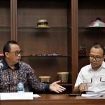 Sekretaris Menkop dan UKM Prof Dr Rully Indrawan dan staf Riza Adha Damanik,PhD (Foto:maritim/herbert)