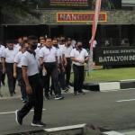 Kaksamana Yudo Margono (tengah depan) saat memasuki lapangan untuk menyampaikan apresiasi Pemimpin TNI AL atas kerja keras pajurit Marinir selama Semester I 2020 (Foto:maritim/henry)