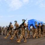 Para prajurit TNI di Kongo bergegas mengusung jenazah prajurit TNI Pelda Anumerta Rama Wayudi ke pesawat angkut (Foto:maritim/dok-puspen tni)